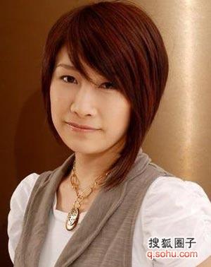 中性气质短发:不对称中短发 不对称刘海,搭配白衬衫背带裤,打造中性