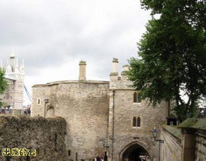 &nbsp &nbsp 安妮.博林,六、七岁就被父亲送往法国,接受了完整的法国宫廷礼仪和文化的教育。十五岁回到英国,成为亨利八世西班牙的王后凯瑟琳的侍从女官。由于凯瑟琳一直未能为王室诞育男性继承人,亨利八世开始把眼光转向周围众多的情妇身上。极富魅力、优雅美艳的安妮很快就俘获了国王的心。为了迎娶了安妮,亨利八世不惜与凯瑟琳强大的娘家西班牙皇室闹翻,和罗马教廷决裂,最终于王后离婚。可是,极具讽刺的是,仅仅三年,安妮由于同样未能生育王子,花心的亨利八世为了同新欢简.