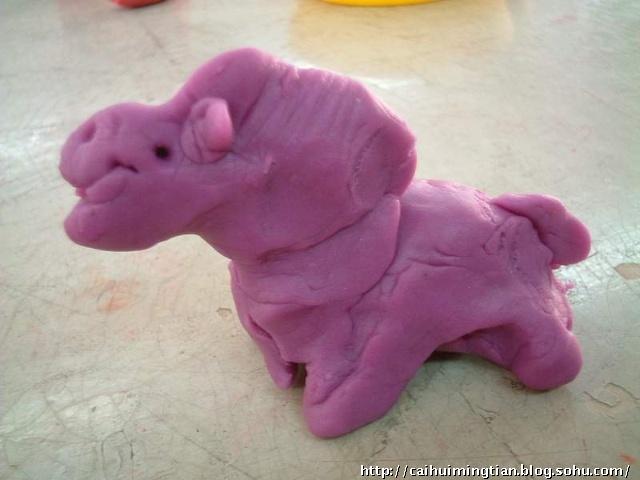运用你学会的橡皮泥的搓,捏,压,贴等技巧试试塑出你喜欢的生肖动物吧!