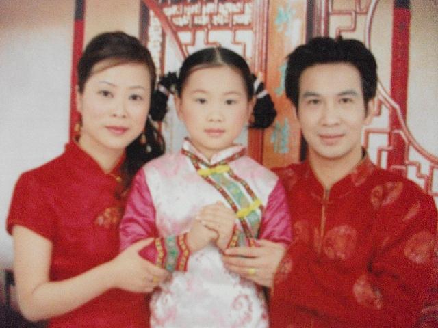 恭祝大家2012年龙年进步 2007年唐装旗袍艺术照全家福翻.图片