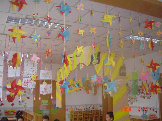 风车的吊绳是用皱纹纸搓成的,在单位没时间我带回家,和孩子一起搓的