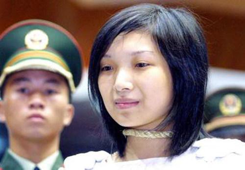 漂亮的女死刑犯陶静,一个美丽的云南女孩,因替男友携毒,被执行死刑.死时年仅20岁,成为新中国历史上最年轻的女死刑犯!,无意间看到的。不知道是哪年的照片了,这事有十年了吧?!军衔还是老的...好像是97年的事情吧...不过还是有教育意义的。。。。。。 看着这些图片,我们似乎很容易被他们美丽的外表而产生恻隐之心。可是,在那美丽的背后,却有着一段段怎样残忍的故事。她们犯罪了,杀人了,她们要为她们的罪行付出生命的代价。 下面那首诗也是人家写的。。。。。。     贩毒 死罪 你冰凉的脸上 多少无奈 多少悔 也许