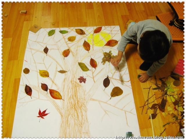 超简单秋天主题学习之----小孩贴叶忙-家中秋景浓