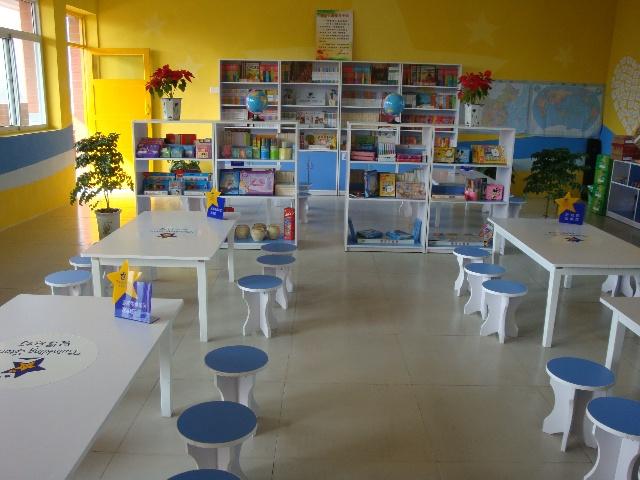 """(心连心祝福区) 就是这样的一间""""关爱小屋"""",孩子们在我们的工作人员布置之前就偷偷聚集在楼道拐角处偷看,可见小屋对他们的吸引力。 """"关爱行动""""开始了。正如同""""关爱小屋""""里所选书籍传达的精神一样——没有教科书、没有辅导强化训练题,有的只是各式各样开拓视野、开发兴趣的课外书,我们的志愿者老师给孩子们带去的,不是语文英语数学这些让孩子们""""闻之色变""""的三大正科,而是形式各样、生动有趣的音乐、美"""