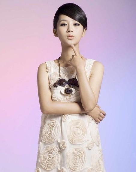 这是杨紫18岁生日拍摄的性感写真,但看起来远不是原来清纯可爱的杨紫