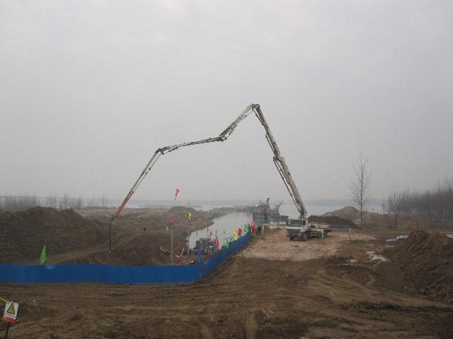 西二线汉江穿越工程位于北岸的卷扬机基础施工现场上,混凝土