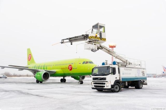 俄罗斯机场给飞机喷火除冰
