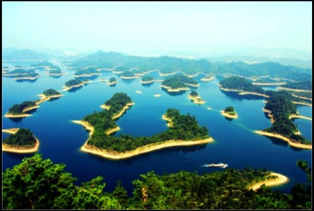 离杭州非常近滴.千岛湖湖形呈树枝型,湖中大小岛千余个.